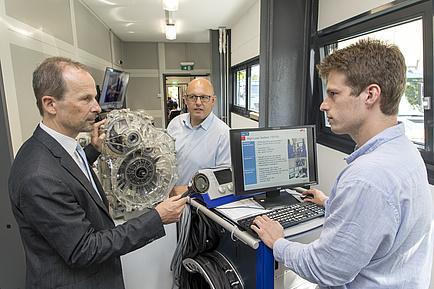 Das gesamte Team des AVL-TU Graz Transmission Center in einem Prüfstandsraum