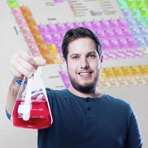 Student mit Laborglas in der Hand