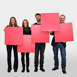 2 women and 2 men form the logo of TU Graz with 5 red squares.