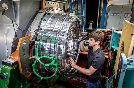 TU Graz-Student bei der Arbeit an einem Turbinen-Prüfstand