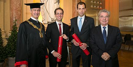 Gruppenbild der Sub Auspiciis Promotion mit Rektor Harald Kainz, Carlo Alberto Boano, Andreas Eitzlmayr und Bundespräsident Heinz Fischer in der Aula der TU Graz.