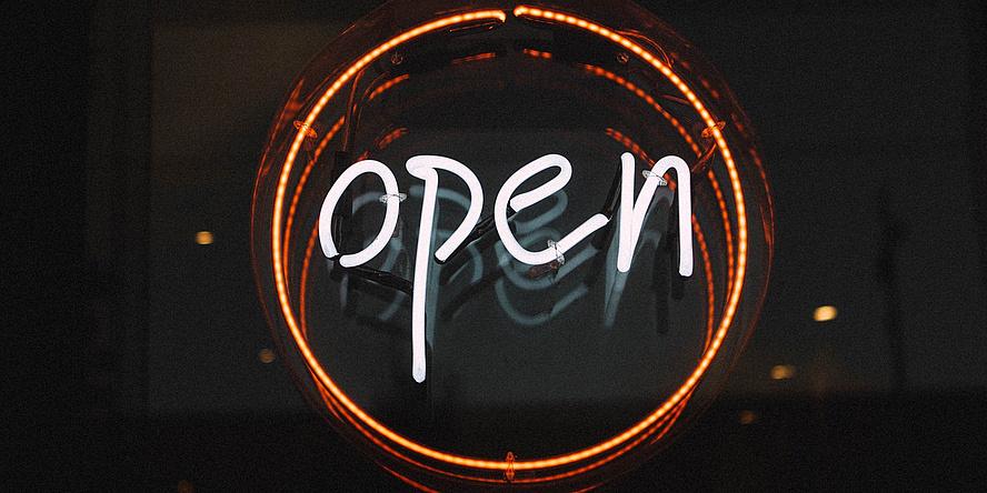 """Neo-Schild mit der Aufschrift """"Open"""""""