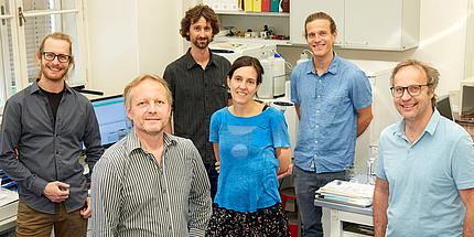 Gruppe von Forschenden im Labor