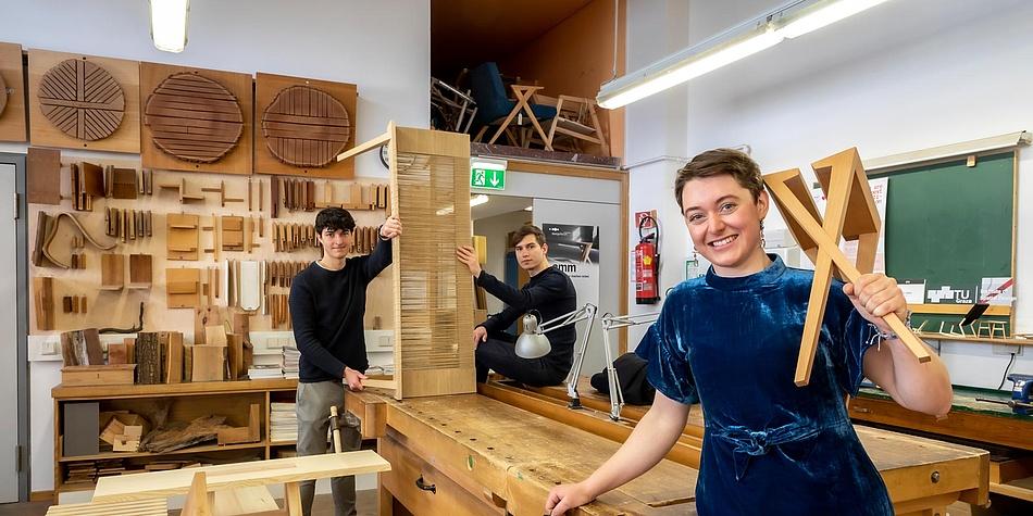 Drei Studierende mit Möbeln in der TU Graz-Holzwerkstatt