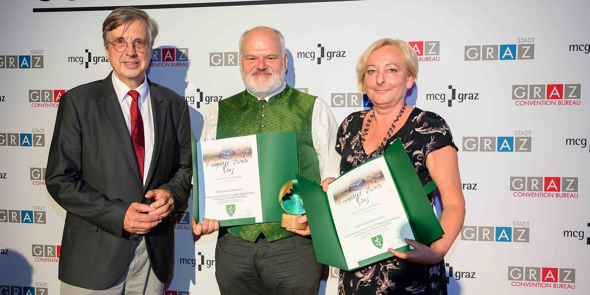 Franz Pichler und Ulrike Krießmann mit den Urkunden zum Congress Award