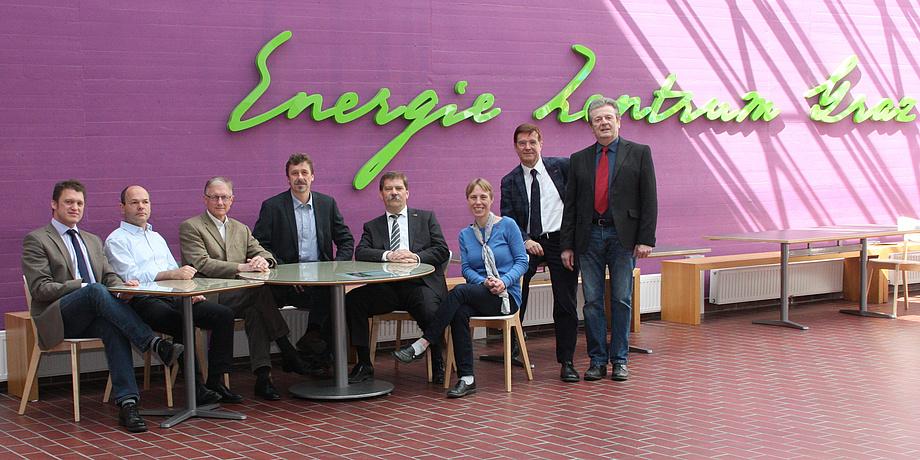 Das Team sitzt vor dem Schriftzug Energie Zentrum Graz