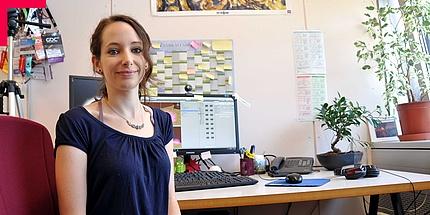 Johanna Pirker sitzt an ihrem Schreibtisch