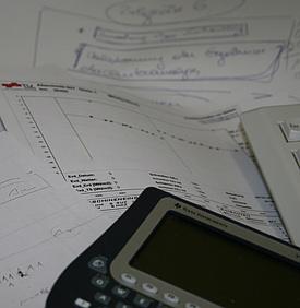 Taschenrechner auf Arbeitsunterlagen