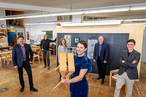 Sechs Personen in der TU Graz-Holzwerkstatt