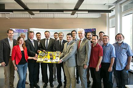 Das gesamte Team des Instututs für Kommunikationsnetze und Satellitenkommunikation der TU Graz rund um Institutsleiter Otto Koudelka