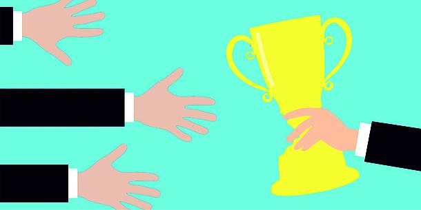 Eine Hand hält einen Pokal. 3 weitere Hände greifen nach dem Pokal.