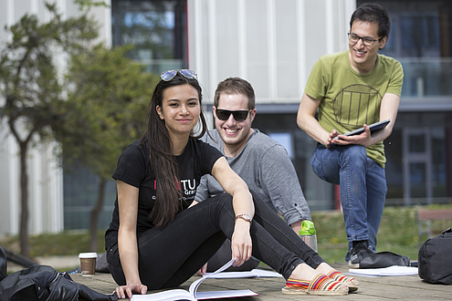 Drei Studierende lernen gemeinsam am Campus Neue Technik