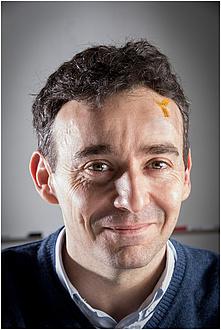 Portrait eines Mannes mit Tattoo-Elektroden auf der Stirn