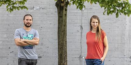 Markus Tranninger und Andrea Pferscher stehen unter einem Baum in der Inffeldgasse.