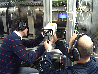 Thomas Leitgeb (left) and Andreas Lang (right) performing Dual Laser Vibrometer measurements at the DLR in Cologne.