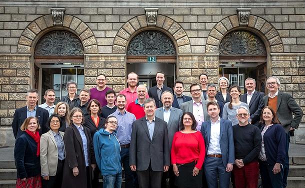 Die Mitglieder des Senats der TU Graz vor der Alten Technik.