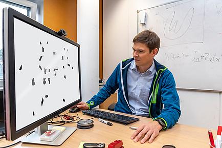 TU Graz-Informatiker sitzt am Computer