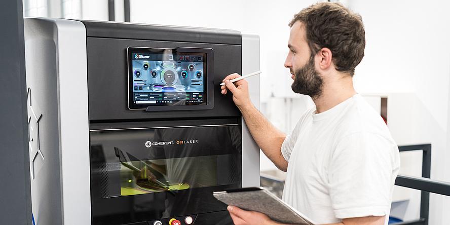 Mann vor 3D-Drucker