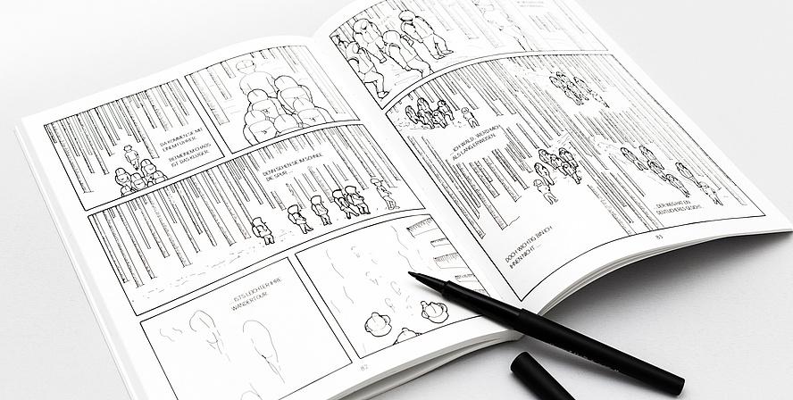 """Der Comic """"In Mind"""" liegt geöffnet auf einer weißen Oberfläche. Die Zeichnungen sind mit schwarzem Stift auf weißem Hintergrund gezeichnet und zeigen Menschen mit Kapuzen, die durch einen Wald gehen. Neben dem Comic liegt ein geöffneter schwarzer Sti"""