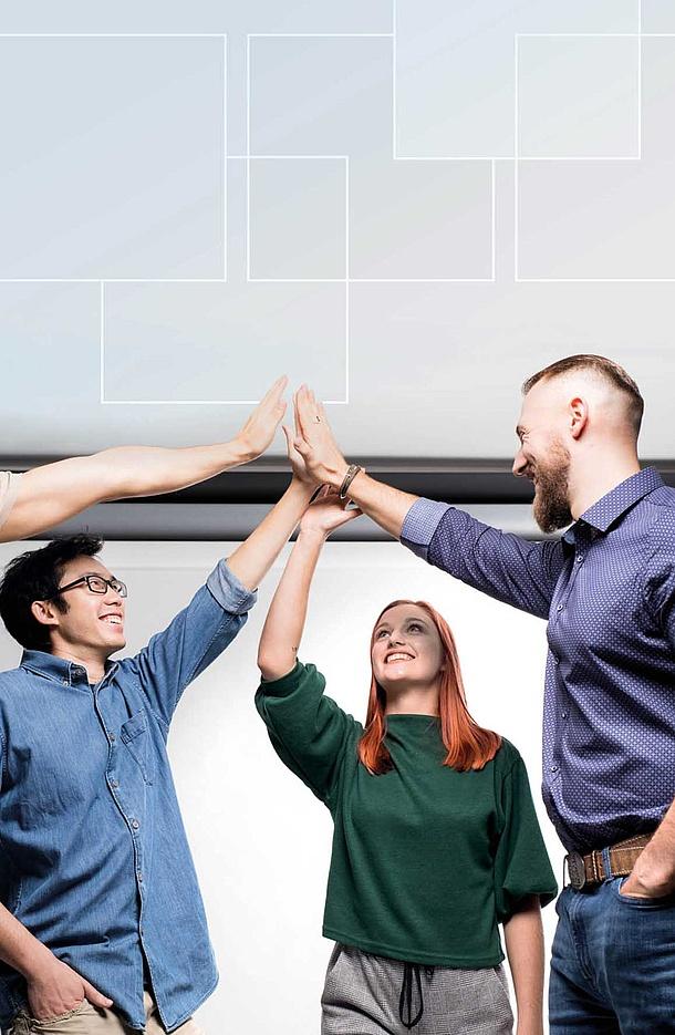 Personen halten ihre Hände in der Luft zusammen