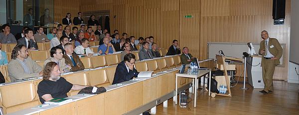 Studierende und Lehrender in einem Hörsaal der TU Graz