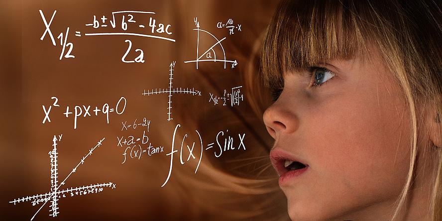 Mädchen und Tafel mit mathematischen Formeln