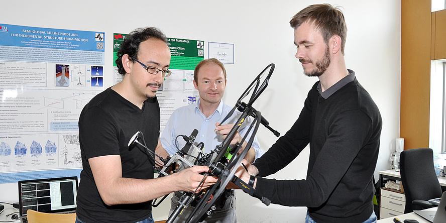 Jesus Pestana Puerta, Friedrich Fraundorfer und Michael Maurer arbeiten an einer Drohne.