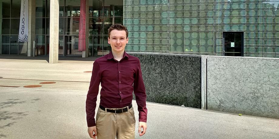 Bernd Somitsch vor dem Gebäude Neue Chemie der TU Graz.