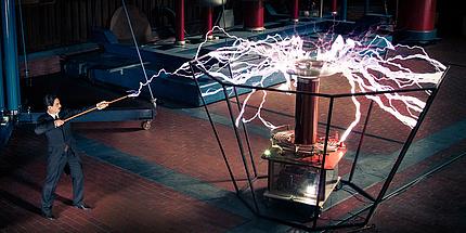 Schauspieler als Nikola Tesla verkleidet bei einem Versuch im Nikola Tesla Labor.