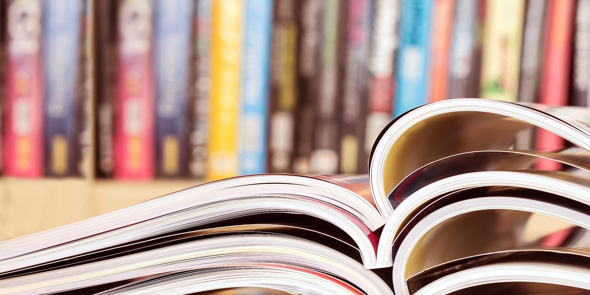 Aufgeschlagene Zeitschriften. Bildquelle: pinkomelet – Fotolia.com