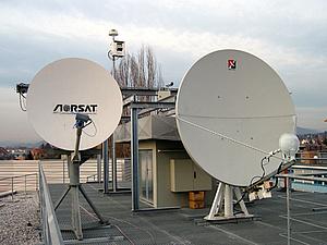 Satellitenantennen am Dach eines Gebäudes