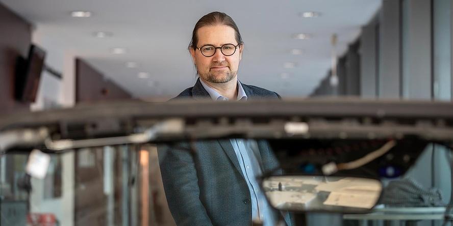 TU Graz-Forscher vor Auto-Karosserie