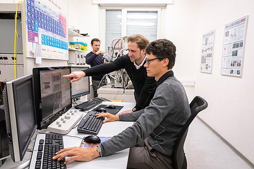 Zwei Forscher am Schreibtisch bei Computerarbeit