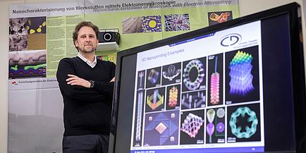 TU Graz-Forscher steht hinter Computer-Bildschirm