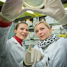 Zwei Studentinnen im Forschungslabor an der TU Graz, Bildquelle: Lunghammer – NAWI Graz