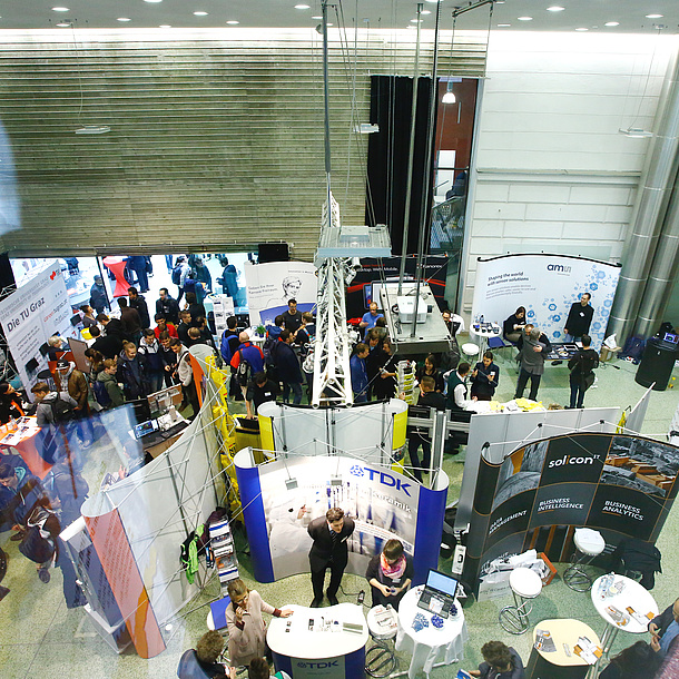 TU Graz is represented at an information exhibition amongst other stands. Photo source: alumniTUGraz 1887 - Nestroy