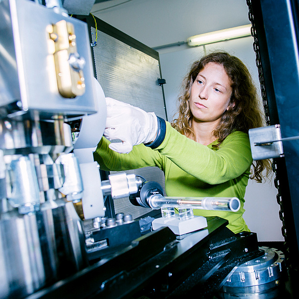 A woman in a laboratory works with a technical device.