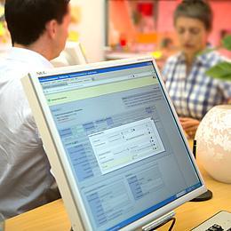 Ein PC-Bildschirm im Vordergrund, im Hintergrund Menschen. Bildquelle: Lunghammer – TU Graz