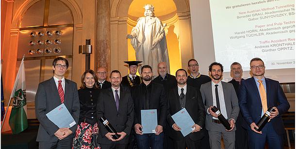 Absolventinnen und Absolventen mit Urkunden in der Aula der TU Graz. Bildquelle: Lunghammer – TU Graz