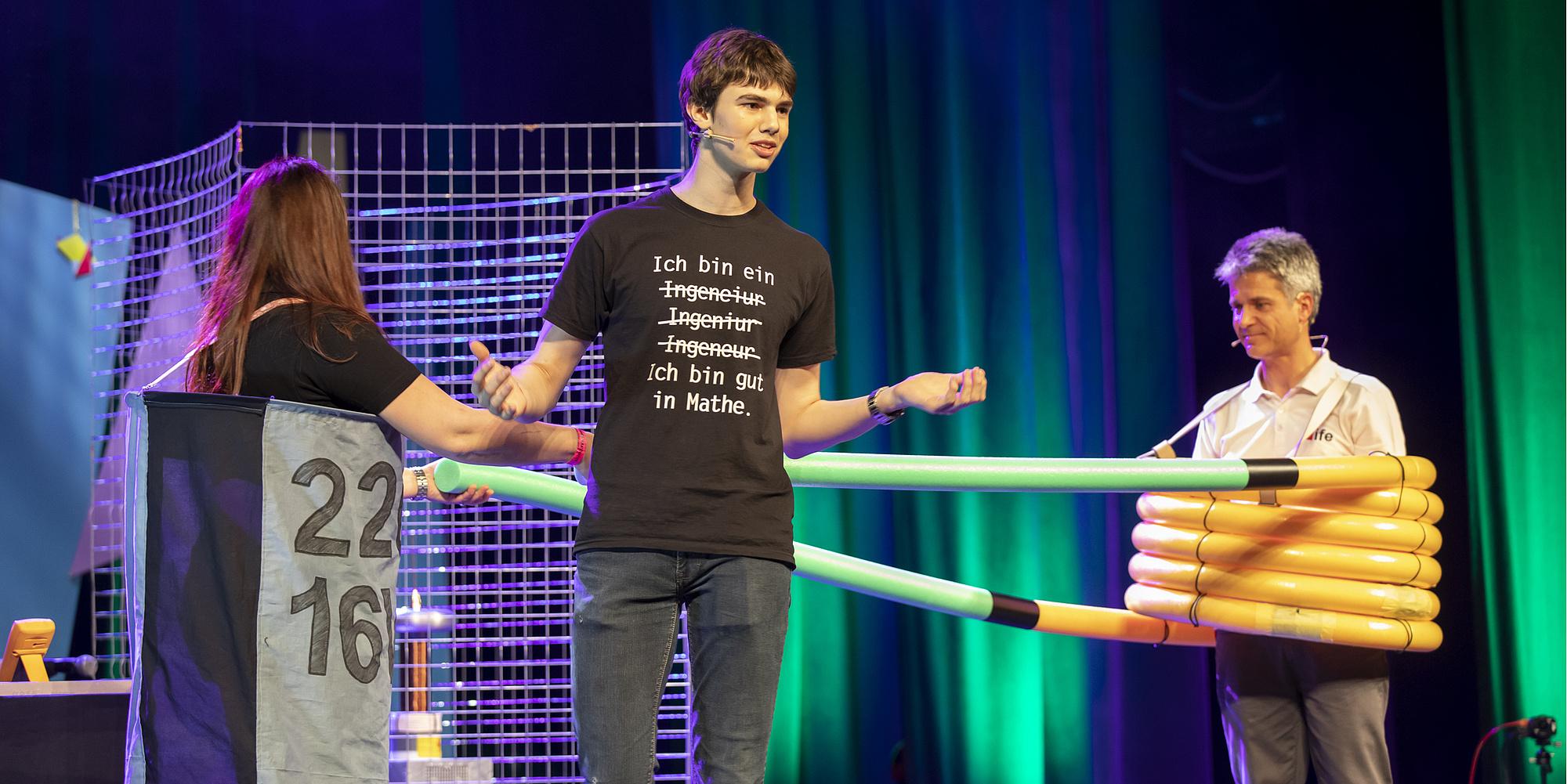 3 Leute machen eine Show auf einer Bühne