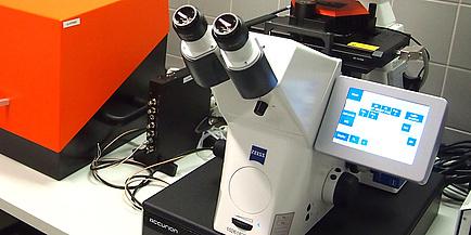Ein Ausschnitt des neuen Mikroskops im Labor.