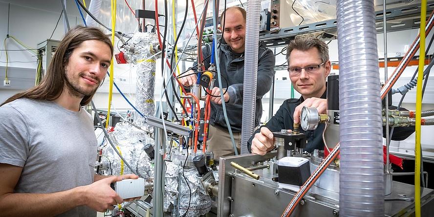 TU Graz-Forscher vor einem Femtosekunden-Laser