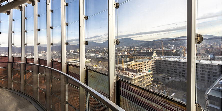 Glasfront mit Blick auf Stadtgebiet und Baustellen