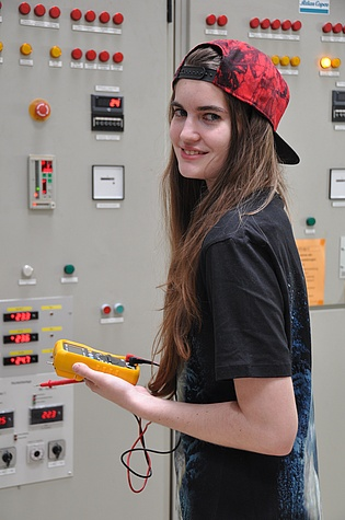 Since March 2020 electronic technician Yvonne Fuchs maintains our compressors and supports our team in electronic matters