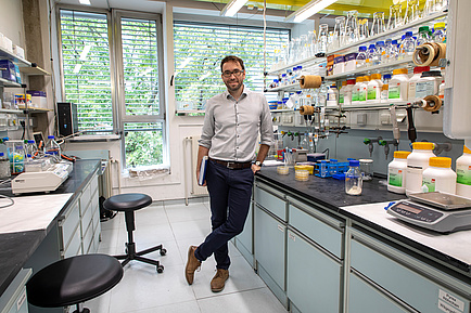 TU Graz researcher in the laboratory