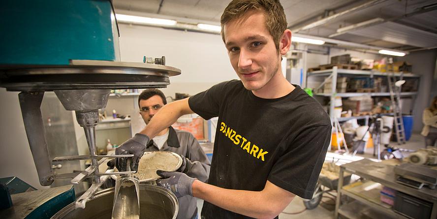 Ein Mitarbeiter am Institut für Materialprüfung und Baustofftechnologie arbeitet im Labor an der Zusammensetzung der pulverförmigen Stoffe von Beton.