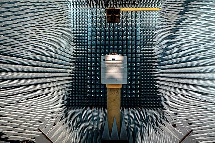 Futuristisch anmutender Raum, komplett ausgekleidet von regelmäßigen Schaumstoffpyramiden.