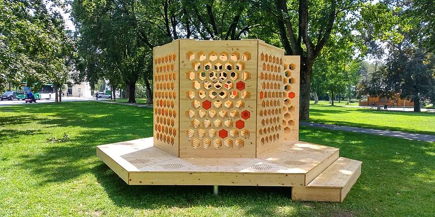 Wabenförmige Holzraum auf Podest in einem Park