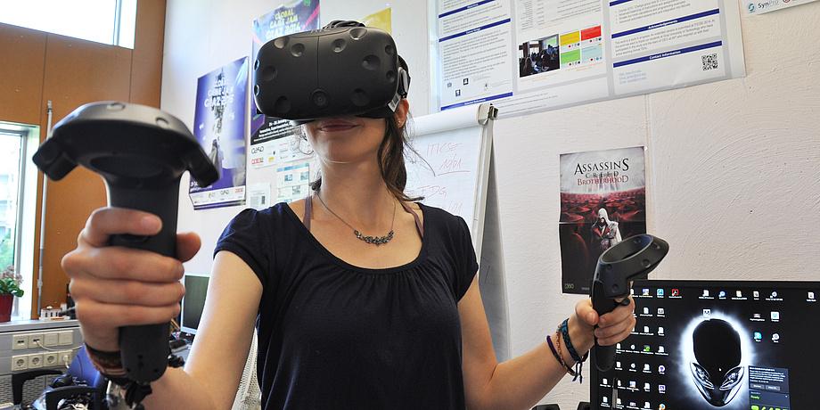 Johanne Pirker mit Virtual Reality-Brille.