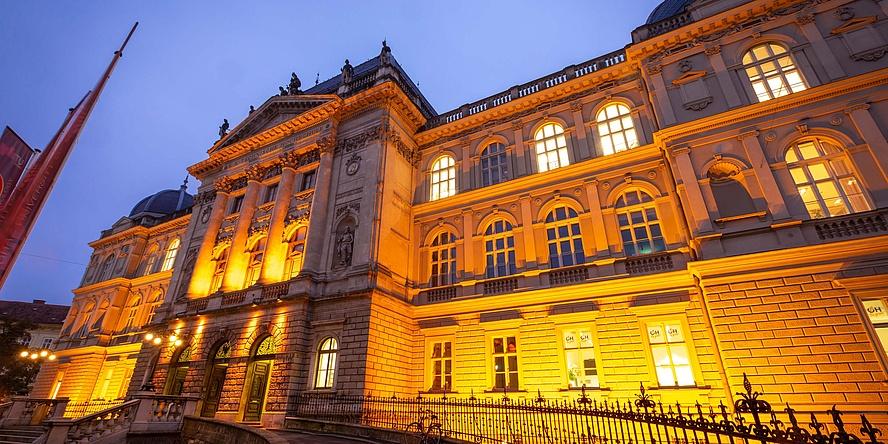 Historisches Gebäude Orange bestrahlt